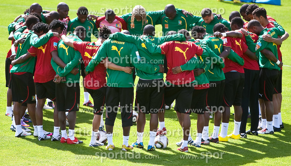 21.05.2010, Dolomitenstadion, Lienz, AUT, WM Vorbereitung, Kamerun Training im Bild vor dem Training wir ein Gebet gesprochen, EXPA Pictures © 2010, PhotoCredit: EXPA/ J. Feichter / SPORTIDA PHOTO AGENCY