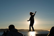 Portugal. Lisbon. people enjoying sunset in front of tagus river.  the seaside in front of Praca do commercio  /   les lisboetes se rassembent le soir au coucher du soleil sur  la rive devant la place du commerce . Lisbonne