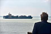 Nederland, Vlissingen, 14-9-2014 Een containerschip vaart bij Vlissingen op de Westerschelde naar de haven van Antwerpen in belgie. Vanaf de boulevard of het strand van Vlissingen heb je mooi zicht op de scheepsbewegingen. FOTO: FLIP FRANSSEN/ HOLLANDSE HOOGTE