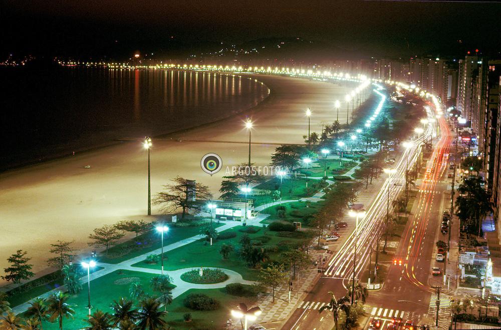 Santos, SP, Brasil     07/1995.Orla da cidade, vista noturna/ Night view of Santos city with cars path of light on the street..Foot Marcos Issa/Argosfoto