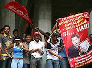 Simpatizantes del oficialismo rien hoy, 07 de noviembre de 2007, en Caracas, durante una marcha realizada por estudiantes universitarios en rechazo al proyecto de reforma constitucional impulsado por el presidente venezolano, Hugo Chavez, que sera sometido a referendo en diciembre proximo. (ivan gonzalez)
