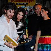 NLD/Amsterdam/20121029 - Boekpesentatie 'Het alles is Familie Kookboek', Benja Bruijning  Kim van Kooten,Huib Stam, en Jara Lucieer bekijken het eerste exemplaar