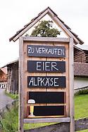SCHWEIZ - HABKERN - Verkaufstafel für Eier und Alpkäse - 07. September 2018 © Raphael Hünerfauth - http://huenerfauth.ch
