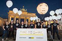 """24 SEP 2015, BERLIN/GERMANY:<br /> ONE Jugendbotschafter mit einem Schild """"Time to Shine"""" und ein Ballon mit dem Gesicht von Bundeskanzlerin Angela Merkel der vor dem Brandenburger Tor schwebt, ONE.org Aktion """"Time to shine"""" im Rahmen der NGO-Allianz action/2015, anl. der morgigen Bekanntgabe der neuen Globalen Ziele zur ARmutsbekaempfung der Vereinten Nationen in New York, Pariser Platz, Brandenburger Tor<br /> IMAGE: 20150924-01-031<br /> KEYWORDS: #LightTheWay, Armut, jubo, Jubos"""