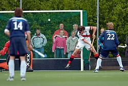 08-05-2005 HOCHEY: PINOKE-AMSTERDAM: AMSTELVEEN<br /> Amsterdam wint met 4-3 van Pinoke. Pinoke speelt door deze uitslag play out wedstrijden. - Jesse Mahieu scoort in zijn eigen goal<br /> ©2005-WWW.FOTOHOOGENDOORN.NL