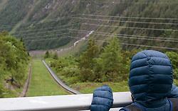 THEMENBILD - ein Touristenkind im Schrägaufzug zu den Stauseen, aufgenommen am 16. Juni 2017, Kaprun, Österreich // a Tourist child  at the funicular to the reservoirs on 2017/06/16, Kaprun, Austria. EXPA Pictures © 2017, PhotoCredit: EXPA/ JFK