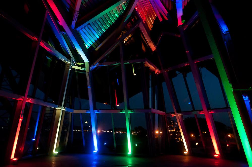 BIOMUSEO - Designed by Frank Gehry - Puente de vida.<br /> Amador, Panama 28-01-2013<br /> Photography by Aaron Sosa<br /> <br /> El edificio Puente de Vida est&aacute; localizado en el &aacute;rea de Amador de la Ciudad de Panam&aacute;, en la punta de un causeway en la entrada Pac&iacute;fica del Canal de Panam&aacute;. &Eacute;sta localizaci&oacute;n privilegiada est&aacute; a pocas cuadras del principal puerto de cruceros en Panam&aacute;, y est&aacute; a minutos del Parque Nacional Soberan&iacute;a, un suntuoso bosque lluvioso inmediatamente adyacente a la Ciudad de Panam&aacute;.<br /> <br /> &Eacute;sta &aacute;rea es rica en historia; estaba originalmente compuesta por una serie de islas que fueron unidas por un causeway, creado por rocas dragadas durante la construcci&oacute;n del Canal de Panam&aacute;. El Instituto de Investigaciones Tropicales del Smithsonian (STRI) tiene un centro de investigaciones marinas en una de las islas, y hay una hermosa marina, adem&aacute;s de tiendas y restaurantes. Un nuevo centro de convenciones, terminado de construir en el 2002, fue la sede del concurso Miss Universo 2003.<br /> <br /> Amador ofrece a los visitantes a Panam&aacute; una oportunidad &uacute;nica de experimentar lo mejor que el pa&iacute;s tiene para ofrecer. Con la creaci&oacute;n del museo Puente de Vida, tambi&eacute;n va a ofrecer un vistazo de la rica vida natural que hay en Panam&aacute;.