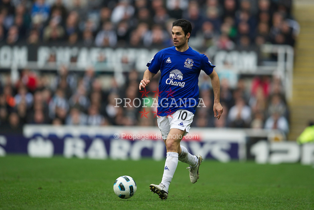 NEWCASTLE, ENGLAND - Saturday, March 5, 2011: Everton's Mikel Arteta in action against Newcastle United during the Premiership match at St. James' Park. (Photo by David Rawcliffe/Propaganda)