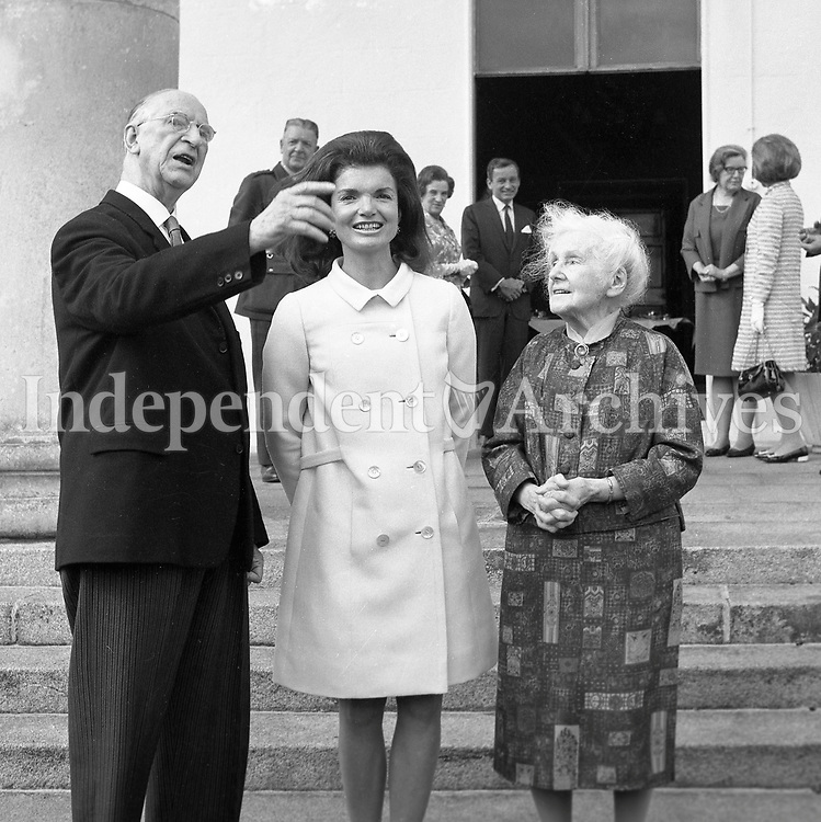 95456e<br /> Jacqueline Kennedy's visit to Ireland, June 1967.<br /> (Jacqueline &quot;Jackie&quot; Lee Bouvier Kennedy Onassis)<br /> Jacqueline Kennedy with President of Ireland Mr. &Eacute;amon de Valera and his wife Sin&eacute;ad de Valera at &Aacute;ras an Uachtar&aacute;in.<br /> June 30th 1967.<br /> (Part of the Independent Ireland Newspapers/NLI Collection)