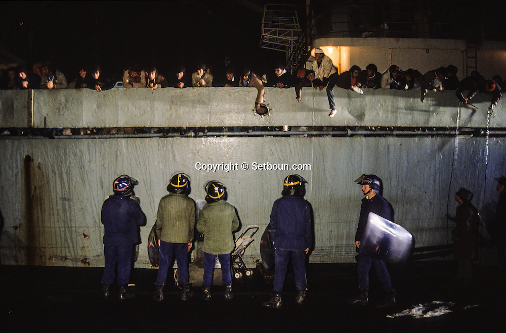 Albania . End of communism. Durres.  return of the refugees expeled from italy; In the port of Durres. army control  /  retour des refugie expulses d'Italie, dans le port de Durres . l'armee controle les accès  Durres  Albanie