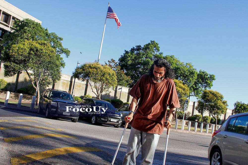 Jihad Ahmad Diyab, ex preso de Guant&aacute;namo protesto en la embajada de EEUU en Uruguay.<br /> Se somete a la aplicaci&oacute;n de una sonda nasog&aacute;strica para mostrar como es la tortura de Alimentaci&oacute;n Forzosa.<br /> Montevideo Uruguay.