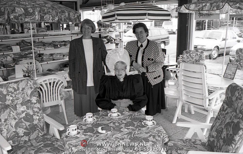 NLD/Huizen/19920421 - Prijsuitreiking Irene Sport Huizen met oa Jannie Rebel