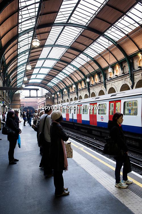 London 2011   <br /> Notting Hill  tunnelbanestation nedg&aring;ng till tunnelbanan underground skylt<br /> <br /> FOTO : JOACHIM NYWALL KOD 0708840825_1<br /> COPYRIGHT JOACHIM NYWALL<br /> <br /> ***BETALBILD***<br /> Redovisas till <br /> NYWALL MEDIA AB<br /> Strandgatan 30<br /> 461 31 Trollh&auml;ttan<br /> Prislista enl BLF , om inget annat avtalas.