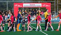 Laren - scheidsrechters Thomas Duijnstee en Lizelotte Wolter  tijdens de line up bij de Livera hoofdklasse  hockeywedstrijd dames, Laren-Oranje Rood (1-3).  COPYRIGHT KOEN SUYK