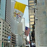 La bandiera del Vaticano accanto a quella degli Stati Uniti, sulla facciata della cattedrale di San Patrizio a Manhattan nella 5° strada, principale luogo di culto cattolico di New York.