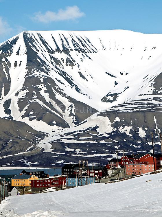 Longyearbyen (Spitsbergen, Svalbard) with the Opra Mountain (Oprafjellet) in the background.