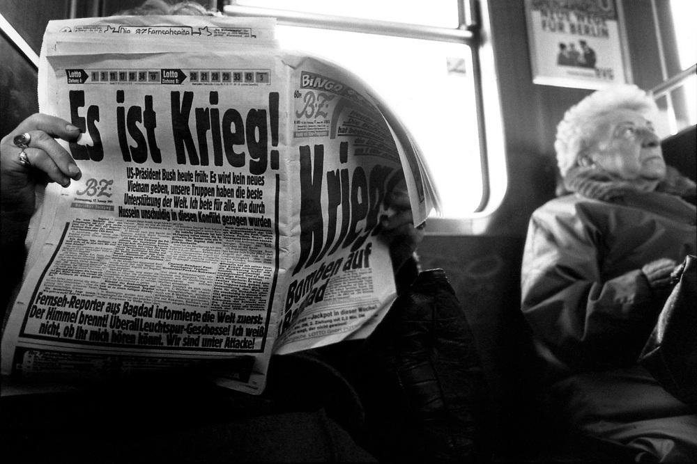 &copy;  christian  JUNGEBLODT.<br />Beginn des &quot;Gofkrieges&quot; 1991. Zeitungsleser in der<br />Berliner U-Bahn, BZ-Schlagzeile  &quot;Es ist Krieg !&quot;<br />Die ersten Luftangriffe gegen den Irak und Saddam Hussein wurden von den Amerikanischen, bzw. Allierten<br />Truppen am 16. Januar 1990 gestartet...<br />17.01.1991