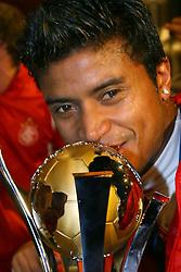 Adriano Gabirú comemora com a Taça o título de campeão do mundial Interclubes da FIFA. FOTO: Jefferson Bernardes/Preview.com