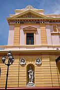 Fachada del Teatro Nacional en el  casco antiguo de la ciudad de Panama. El Casco antiguo es la ciudad colonial de Panamá, que fue reconstruida después del saqueo del pirata Henry Morgan. Actualmente conserva su  arquitectura colonial y tiene restaurantes,  tiendas y galerías de arte..Foto: Ramon Lepage / Istmophoto.