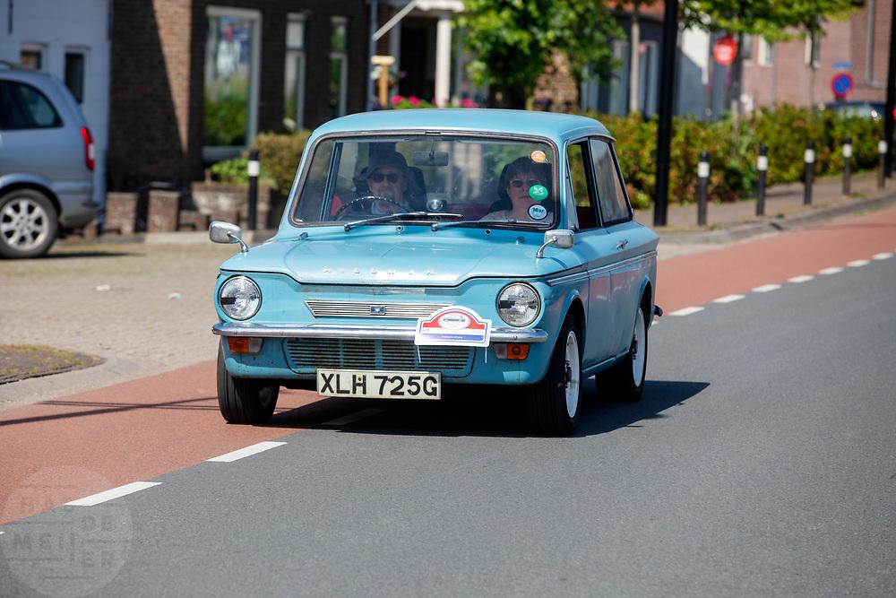 Bij Ameide rijdt een antieke Hillman over de Lekdijk.<br /> <br /> Near Ameide an old Hillman rides at the dyke.
