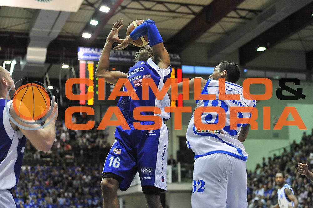 DESCRIZIONE : Gara 5 PlayOff Banco di Sardegna Dinamo Sassari - Lenovo Pallacanestro Cant&ugrave;<br /> GIOCATORE : Alex Tyus<br /> CATEGORIA : Rimbalzo<br /> SQUADRA :  Lenovo Cant&ugrave;<br /> EVENTO : PlayOff<br /> GARA : Banco di Sardegna Dinamo Sassari - Lenovo Pallacanestro Cant&ugrave;<br /> DATA : 17/05/2013<br /> SPORT : Pallacanestro <br /> AUTORE : Agenzia Ciamillo-Castoria / Luigi Canu<br /> Galleria : Lega Basket A 2012-2013  <br /> Fotonotizia : Gara 5 PlayOff Banco di Sardegna Dinamo Sassari - Lenovo Pallacanestro Cant&ugrave;<br /> Predefinita :