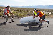 Damjan finisht op de zesde en laatste racedag van de WHPSC. In Battle Mountain (Nevada) wordt ieder jaar de World Human Powered Speed Challenge gehouden. Tijdens deze wedstrijd wordt geprobeerd zo hard mogelijk te fietsen op pure menskracht. Ze halen snelheden tot 133 km/h. De deelnemers bestaan zowel uit teams van universiteiten als uit hobbyisten. Met de gestroomlijnde fietsen willen ze laten zien wat mogelijk is met menskracht. De speciale ligfietsen kunnen gezien worden als de Formule 1 van het fietsen. De kennis die wordt opgedaan wordt ook gebruikt om duurzaam vervoer verder te ontwikkelen.<br /> <br /> Damjan finishes at the sixth and last racing day of the WHPSC. In Battle Mountain (Nevada) each year the World Human Powered Speed Challenge is held. During this race they try to ride on pure manpower as hard as possible. Speeds up to 133 km/h are reached. The participants consist of both teams from universities and from hobbyists. With the sleek bikes they want to show what is possible with human power. The special recumbent bicycles can be seen as the Formula 1 of the bicycle. The knowledge gained is also used to develop sustainable transport.