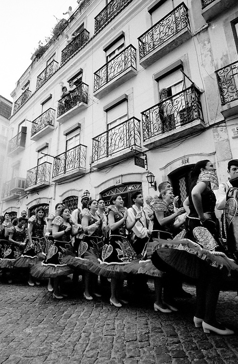 One week before Liberdade Avenue's parade, Bica's March roam the neighbourhood streets with precedent year's costumes and music.
