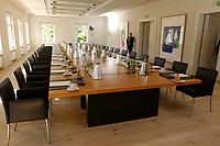 28 JUN 2003, NEUHARDENBERG/GERMANY:<br /> Sitzungssaal mit Konferenztisch leer, vor Beginn der Klausurtagung des Bundeskanbinetts, Schloss Neuhardenberg, Brandenburg<br /> IMAGE: 20030628-01-001<br /> KEYWORDS: Kabinett, Sitzung, Klausur, Kabinettsklausur, Schloß Neuhardenberg, Tisch, Saal, Übersicht, Uebersicht