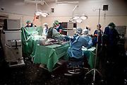 Nederland, Nijmegen, 17-9-2002..Chirurgen en o.k. assistenten in een operatiekamer van het UMC Radboud waar zij zojuist een donornier hebben uitgenomen. Gezondheidszorg, wachtlijsten, specialisten..donorcodicil..Foto: Flip Franssen