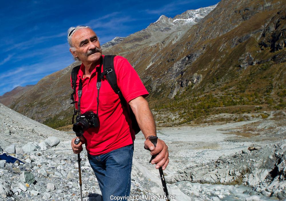 Hilaire Dumoulin au bas du Glacier de Ferpecle et du Miné, endroit qu'il a étudie pour son livre. Le 6 octobre 2007(PHOTO-GENIC.CH/ OLIVIER MAIRE)