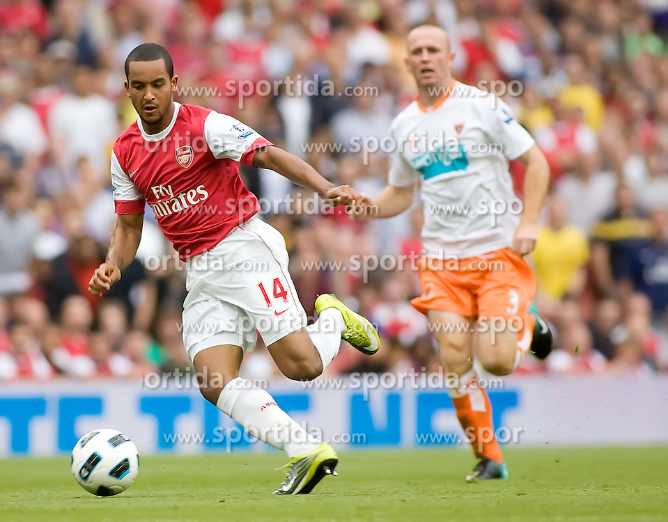21.08.2010, Emirates Stadium, London, ENG, PL, FC Arsenal vs FC Blackpool, im Bild Arsenal's Theo Walcott is persued by Blackpool's stephen Crainey. EXPA Pictures © 2010, PhotoCredit: EXPA/ IPS/ Mark Greenwood +++++ ATTENTION - OUT OF ENGLAND/UK +++++ / SPORTIDA PHOTO AGENCY