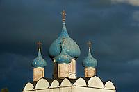 Russie, Souzdal (Suzdal), classé Patrimoine Mondial par UNESCO, ancien centre culturel et religieux faisant partie de l'Anneau d'Or, eglise Saint-Nicolas et la Cathédrale de la Nativité dans le Kremlin // Russia, Rossiya, Vladimir Oblast, Golden Ring, Suzdal, Unesco world heritage, Fortified citadel 'kremlin'. Cathedral of the Nativity, 12th century, and domed belfry
