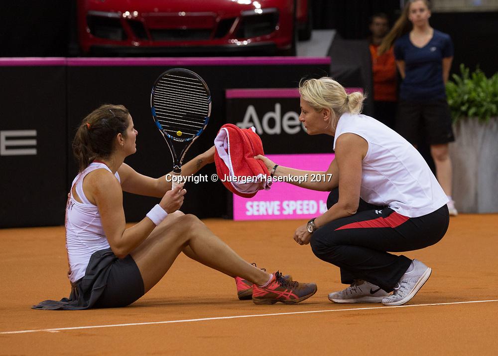 GER-UKR, Deutschland - Ukraine, <br /> Porsche Arena, Stuttgart, <br /> JULIA GOERGES (GER) ist gestuerzt , sitzt auf dem Boden und Barbara Rittner  spricht mit ihr.