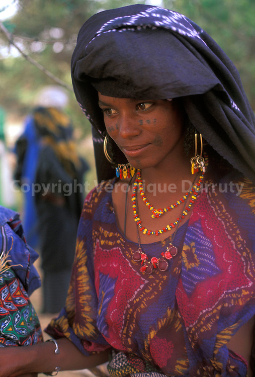 NOMADES : PORTRAIT D'UNE JEUNE FEMME PEUL BORORO, NIGER