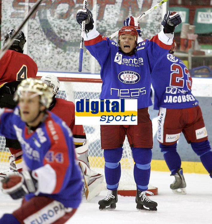 Ishockey<br /> GET-Ligaen<br /> 11.12.07<br /> Jordal Amfi<br /> V&aring;lerenga VIF - Trondheim TIK<br /> &Oslash;ystein Olsen jubler etter at VIF har utliknet til 2-2<br /> Foto - Kasper Wikestad