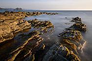 Die Küste bei Stintino an der Bucht Coscia di Donna auf Nordsardininen bei Nordostwind und ruhigem Meer an einem schönen Frühlingsabend.