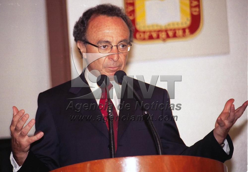 Toluca, M&eacute;x.- .Guillermo Ort&iacute;z Mart&iacute;nez, Gobernador del Banco de M&eacute;xico, dijo que &quot;M&eacute;xico, ha librado bi&eacute;n las turbulencias econ&oacute;micas internacionales; esto, en su visita a la reuni&oacute;n econ&oacute;mica en la entidad Mexiquence. Agencia MVT /H. VAZQUEZ E. (FILM)<br /> <br /> NO ARCHIVAR - NO ARCHIVE