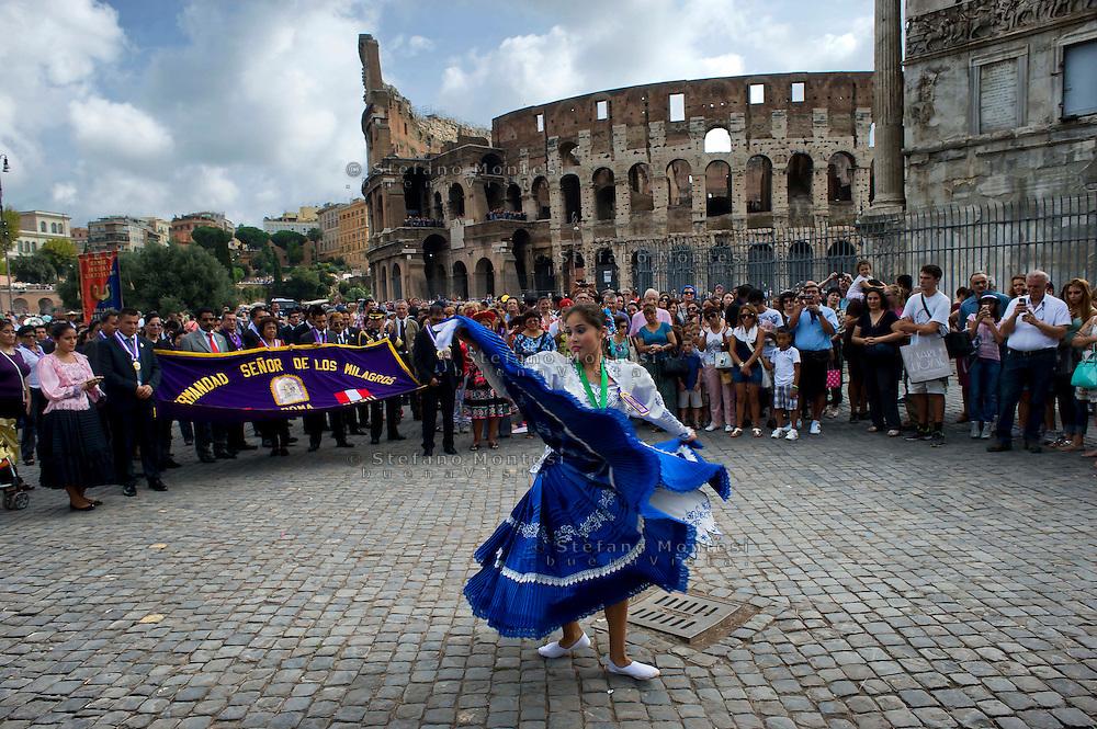 Roma 21 Settembre 20013<br /> La comunit&agrave; peruviana festeggia, al Colosseo, il Signore dei Miracoli, o Se&ntilde;or de los Milagros, come &egrave; noto in spagnolo. &Egrave; una tradizionale celebrazione religiosa in Per&ugrave; e nella comunit&agrave; peruviana nel mondo.<br /> Rome, 21 September 20013 <br /> The Peruvian community celebrates, at Colosseum, the Lord of Miracles, or Se&ntilde;or de los Milagros as it is known in Spanish. It is a traditional religious celebration in Peru and the Peruvian community in the world.