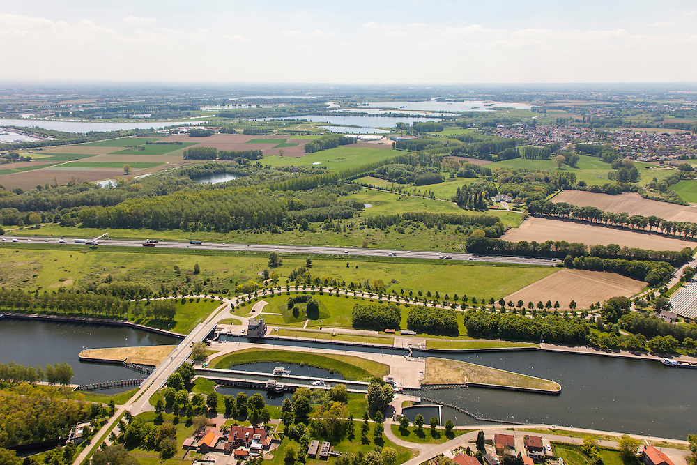 Nederland, Limburg, Gemeente Maasgouw, 27-05-2013; sluis Panheel, kanaal Wessem-Nederweert. Gezien naar Thorn met plassen van de Maas aan de horizon.<br /> De sluis is voorzien van spaarbekkens (om bij het schutten water te besparen bij lage waterstanden van de Maas).<br /> Shipping lock Panheel, canal Wessem-Nederweert. The lock is equipped with reservoirs to save water at low water levels of the river Meuse.<br /> luchtfoto (toeslag op standaardtarieven);<br /> aerial photo (additional fee required);<br /> copyright foto/photo Siebe Swart.