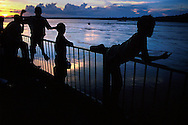Tarde de pesca durante la fiesta de la Sapoara en las orillas del rio Orinoco, Ciudad Bolívar, Venezuela. 1998 (Ramon Lepage / orinoquiaphoto)   evening of fishing in the Orinoco river during the feast of the Sapoara fish in Ciudad Bolívar, Venezuela. 1998 (Ramon Lepage / orinoquiaphoto)