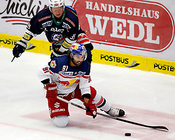 27.09.2015, Stadthalle, Villach, AUT, EBEL, EC VSV vs EC Red Bull Salzburg, 6. Runde, im Bild Patrick Platzer (VSV) und Dominique Heinrich (EC RBS) // during the Erste Bank Icehockey League 6th round match between EC VSV vs EC Red Bull Salzburg at the City Hall in Villach, Austria on 2015/09/27, EXPA Pictures © 2015, PhotoCredit: EXPA/ Oskar Hoeher