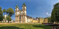 Eingebettet in eine reizvolle Landschaft, zwischen Feldern, Wiesen und Wald, liegt unweit der Nordflanke des Riesengebirges das Kloster Grüssau (polnisch Krzeszów)