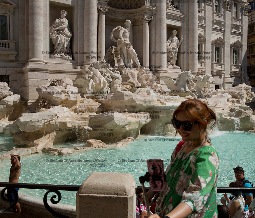 turisti davanti a Fontana di trevi roma,<br /> Tourists in front of fontana di trevi rome