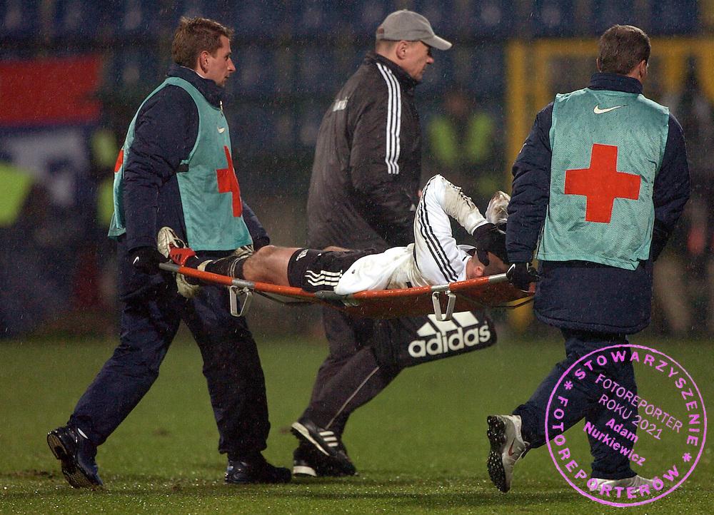 n/z.: Na noszach lezy kontuzjowany Veselin Djokovic (nr16-Legia) podczas meczu ligowego Wisla Krakow (czerwone) -  Legia Warszawa (biale) 0:0 , I liga polska , 15 kolejka sezon 2005/2006 , pilka nozna , Polska , Krakow , 27-11-2005 , fot.: Adam Nurkiewicz / mediasport..Lies injured Veselin Djokovic (nr16-Legia), Mauro Cantoro (nr20-Wisla) fight for the ball during Polish league first division soccer match in Cracow. November 27, 2005 ; Wisla Krakow (red) - Legia Warszawa (white) 0:0 ; 15 round season 2005/2006 , football , Poland , Cracow ( Photo by Adam Nurkiewicz / mediasport )