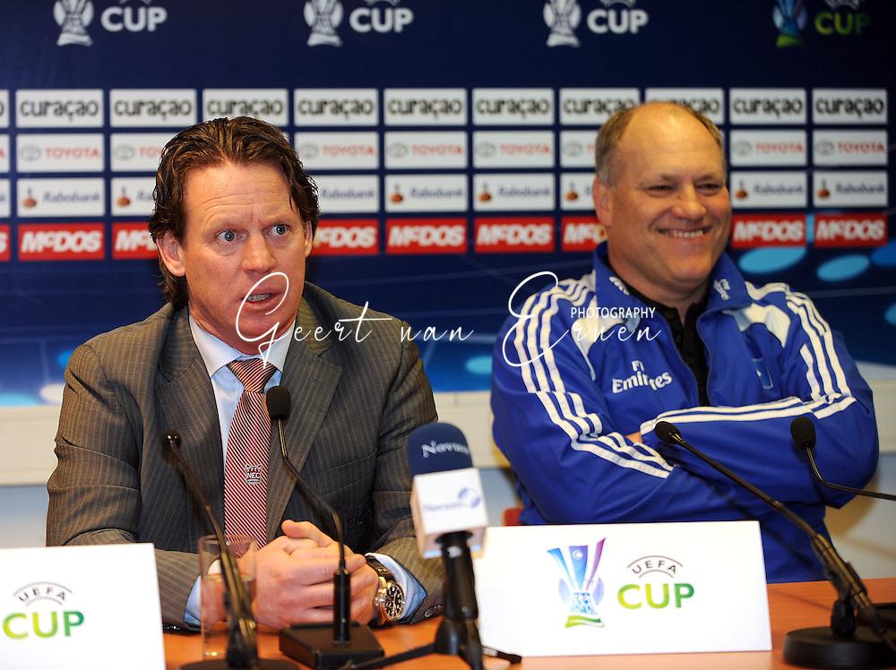 18-02-2009: voetbal: NEC - Hamburger SV: Nijmegen: UEFA Cup<br /> Mario Been (L) serieus in gesprek terwijl Martin Jol op de achtergrond plezier heeft tijdens de persconferentie <br /> Fotograf: Geert van Erven