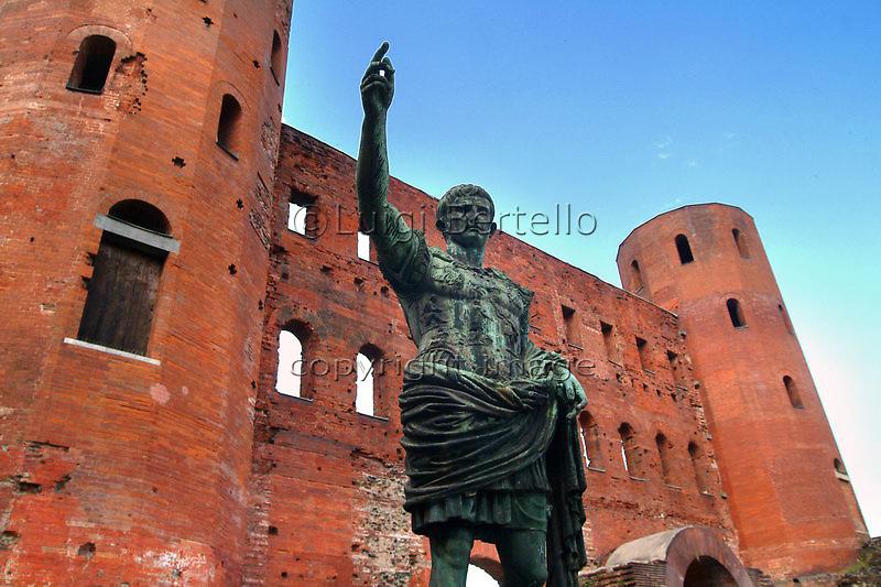 Torino Le Porte Palatine e la statua di Augusto