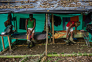 Jair (Izquierda) y Gilson (derecha) perdieron sus piernas en campos minados pero aún así siguen siendo miembros activos de las FARC.<br /> Photo Federico Rios / Native