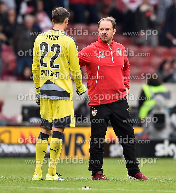 26.09.2015, Mercedes Benz Arena, Stuttgart, GER, 1. FBL, VfB Stuttgart vs Borussia Moenchengladbach, 7. Runde, im Bild Trainer Coach Alexander Zorniger VfB Stuttgart (rechts) bei Torwart Przemyslaw Tyton VfB Stuttgart // during the German Bundesliga 7th round match between VfB Stuttgart and Borussia Moenchengladbach at the Mercedes Benz Arena in Stuttgart, Germany on 2015/09/26. EXPA Pictures &copy; 2015, PhotoCredit: EXPA/ Eibner-Pressefoto/ Weber<br /> <br /> *****ATTENTION - OUT of GER*****