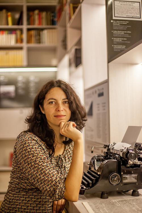Dr. Lucie Cernohousova - Mitbegründerin des Prager Literaturhauses vor der Schheibmaschine von Lenka Reinerova fotografiert im Kabinett der Prager deutschsprachigen Literatur.