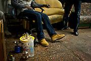 Malische migranten in een gemeenschappelijke huiskamer. Sinds 2011 wonen 150 Afrikaanse migranten in een voormalige fabriek in de Parijse voorstand Montreuil, omdat ze illegaal in Frankrijk verblijven, kunnen ze geen woonruimte huren. In het 450 m2 grote pand wonen jonge mannen uit Malië, Ivoorkust, Bukina Faso, Niger.
